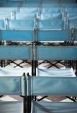 Zusammensetzung von blauen Segeltuchklappstühlen Stockfotos