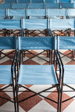 Zusammensetzung von blauen Segeltuchklappstühlen Lizenzfreies Stockfoto