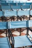 Zusammensetzung von blauen Segeltuchklappstühlen Stockbilder