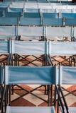 Zusammensetzung von blauen Segeltuchklappstühlen Lizenzfreie Stockfotos