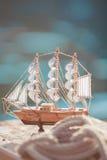 Zusammensetzung von Booten und von nautischer Ausrüstung. Seethemadekor Lizenzfreies Stockfoto