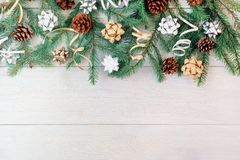 Zusammensetzung von den Niederlassungen eines Weihnachtsbaums, der Kegel, der dekorativen Bänder und der Bögen Kopieren Sie Raum  lizenzfreies stockfoto