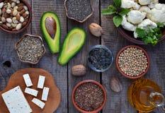 Zusammensetzung von den vegetarischen Produkten, die ungesättigte Fettsäuren Omega 3 - Nüsse, Hanf, chia, Flachs, Avocado, Sojabo stockfotografie