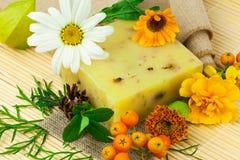 Zusammensetzung von der natürlichen Seife, von den Beeren und von den Blumen stockfotos