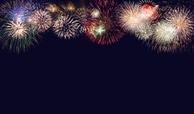 Zusammensetzung von Feuerwerken für neues Jahr für Feiertagshintergrund stockfotografie