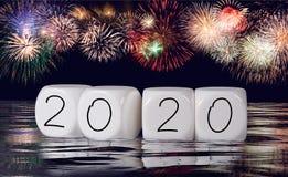 Zusammensetzung von Feuerwerken und von Kalender für einen 2020-Neujahrsfeiertag-Hintergrund stockbilder