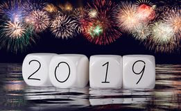 Zusammensetzung von Feuerwerken und von Kalender für einen 2019-Neujahrsfeiertag-Hintergrund lizenzfreies stockbild
