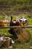 Zusammensetzung von Flaschen Tinkturen und keramischen Schüsseln Stockfotografie