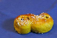Zusammensetzung von frischem gebacken von den Safran-Brötchen mit Rosinen und Zucker-besprüht Stockbild