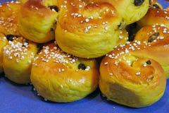 Zusammensetzung von frischem gebacken von den Safran-Brötchen mit Rosinen und Zucker-besprüht Lizenzfreie Stockbilder