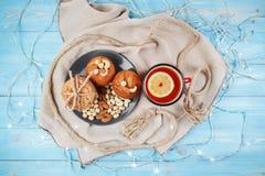 Zusammensetzung von geschmackvollen Keksen, von Muffins und von Tasse Tee auf dem Blau hölzern Beschneidungspfad eingeschlossen Lizenzfreie Stockfotos
