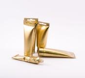 Zusammensetzung von goldenen Gegenständen - malen Sie Rohre Stockfoto