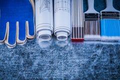 Zusammensetzung von hölzernen Metermalerpinsel Schutzhandschuhen und const Stockfotos