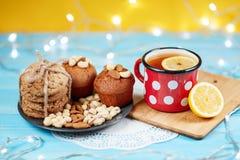 Zusammensetzung von Keksen, von Tasse Tee und von Zitrone auf dem Weinlesehintergrund Lizenzfreie Stockfotografie