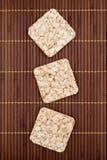 Zusammensetzung von knusprigen Roggenknusprigen broten des Quadrats drei Lizenzfreies Stockfoto