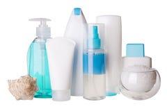 Zusammensetzung von kosmetischen Flaschen und von Badekurortsalz stockbilder