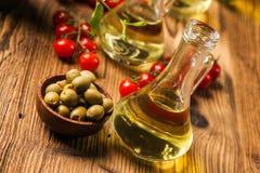 Zusammensetzung von Olivenölen in den Flaschen stockfotos