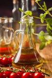 Zusammensetzung von Olivenölen in den Flaschen lizenzfreies stockfoto