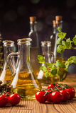 Zusammensetzung von Olivenölen in den Flaschen lizenzfreie stockbilder