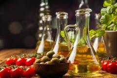 Zusammensetzung von Olivenölen in den Flaschen stockfotografie