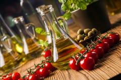 Zusammensetzung von Olivenölen in den Flaschen stockfoto