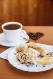Zusammensetzung von Pfannkuchen und von Kaffee Stockfotografie