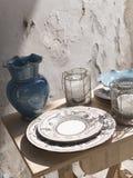 Zusammensetzung von Tellern und von Laternen mit einem blauen Krug Lizenzfreie Stockbilder