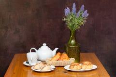 Zusammensetzung von Torten und von Teekanne auf Tabelle Stockfotografie
