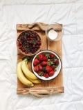 Zusammensetzung von verschiedenen exotischen Früchten auf weißem Hintergrund stockfotografie