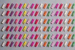 Zusammensetzung von verschiedenen Wäscheklammern für das Lernen von Farben mit Kindern stockfotografie