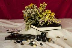 Zusammensetzung von verwelkte Blumen, Sketchbook, Messer und Knöpfe Stockbilder