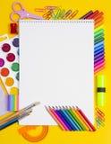Zusammensetzung von Zeichnungs- und Malereiwerkzeugen Stockbild
