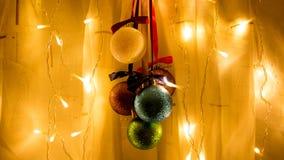 Zusammensetzungs-neues Jahr-Spielwaren und Girlanden in den warmen Farben Lizenzfreies Stockfoto