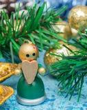 Zusammensetzungs-Weihnachtsfeiertage Weihnachtsspielwaren auf einem blauen Hintergrund mit Weihnachtsdekorationen Ein Bündel Weih lizenzfreie stockbilder