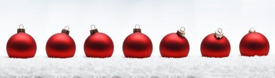 Zusammensetzungsbälle des Weihnachtsneuen Jahres mit Schneelinie Weiß backg Stockfotos