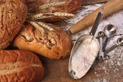 Zusammenstellung der Brotlaibe mit Mehl Stockfoto