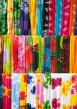 Zusammenstellung der bunten Sarongs stockfotos