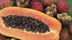 Zusammenstellung der exotischen tropischen thailändischen Frucht einschließlich Papaya, Rambutan und Mangostanfrucht stock video footage