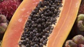 Zusammenstellung der exotischen tropischen thailändischen Frucht einschließlich Papaya, Rambutan und Mangostanfrucht stock video