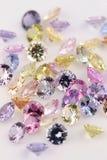 Zusammenstellung der mehrfarbigen kostbaren Steine. stockbild