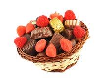 Zusammenstellung der Süßigkeiten und der Schokolade in einem Korb Stockfotos