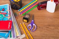 Zusammenstellung der Schule Suppies auf einem Desktop Stockfotografie