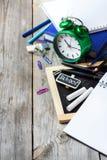 Zusammenstellung des Büros und des Schulbedarfs auf Holztisch Stockfotografie