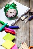 Zusammenstellung des Büros und des Schulbedarfs auf Holztisch Stockfoto
