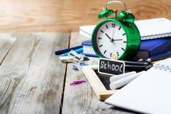 Zusammenstellung des Büros und des Schulbedarfs auf Holztisch Stockbilder