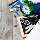 Zusammenstellung des Büros und des Schulbedarfs auf Holztisch Lizenzfreie Stockbilder