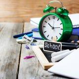 Zusammenstellung des Büros und des Schulbedarfs auf Holztisch Lizenzfreies Stockfoto