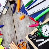 Zusammenstellung des Büros und des Schulbedarfs auf Holztisch Lizenzfreies Stockbild