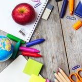 Zusammenstellung des Büros und des Schulbedarfs auf Holztisch Lizenzfreie Stockfotografie