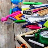 Zusammenstellung des Büros und des Schulbedarfs auf Holztisch Lizenzfreie Stockfotos